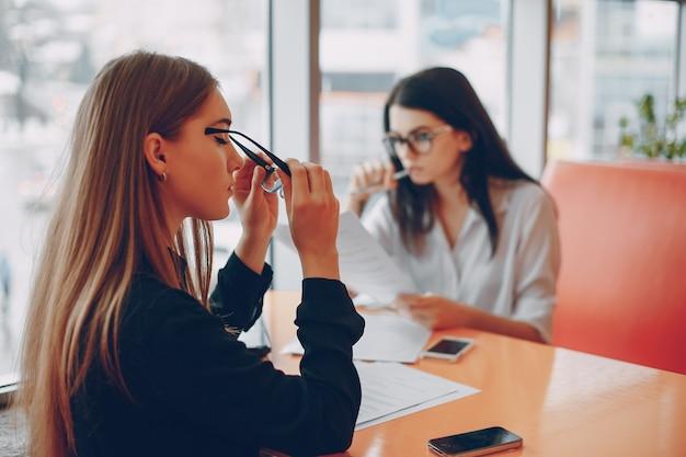 Femmes d'affaires au bureau