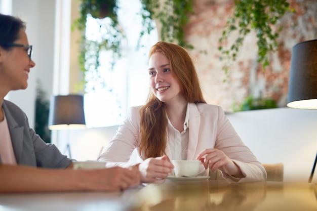 Femmes d'affaires au café