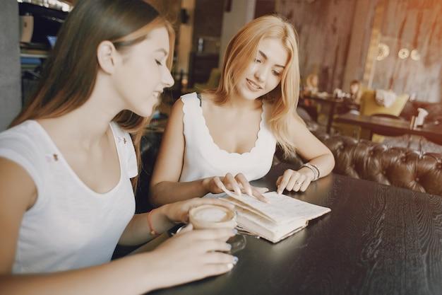 Femmes d'affaires au restaurant