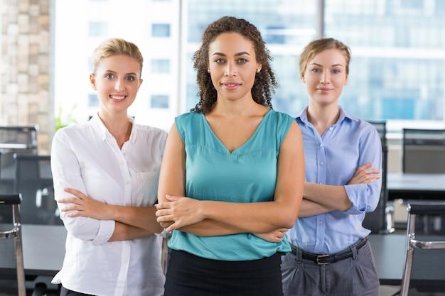 Les femmes d'affaires avec les bras croisés