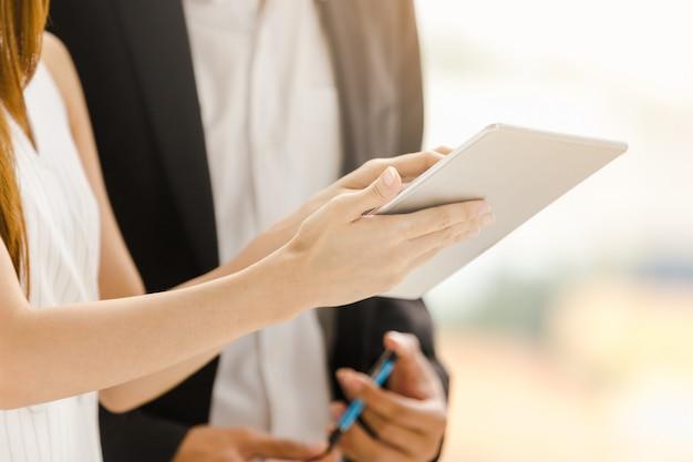 Femmes d'affaires concept technologie holding travaillant sur tablette