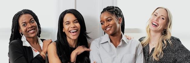Femmes d'affaires confiantes heureuses se tenant ensemble