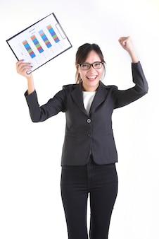 Les femmes d'affaires en costume d'affaires détenant un dossier noir avec de la paperasse.