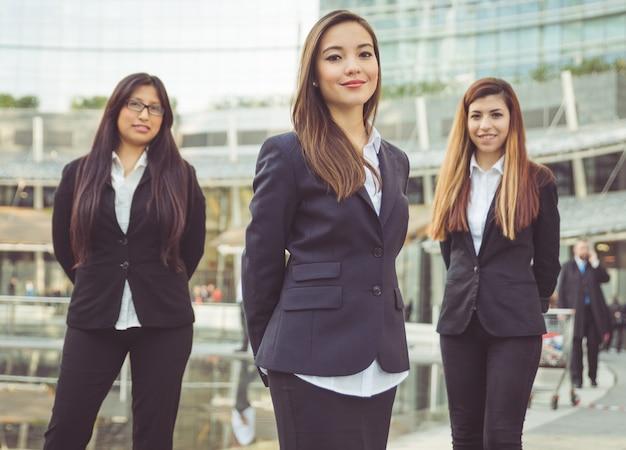 Femmes affaires, debout, devant, bâtiment