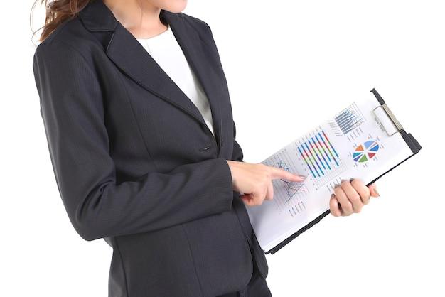 Femmes d'affaires détenant le dossier avec des papiers blancs.