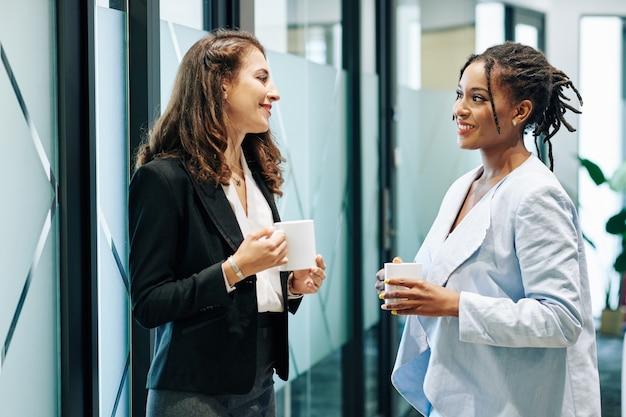 Femmes d'affaires discutant de l'actualité et des projets