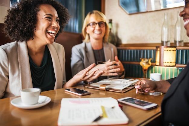 Les femmes d'affaires discutant et s'amusant