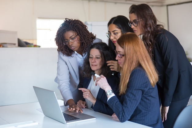 Femmes affaires, discuter, projet, ordinateur portable, ordinateur