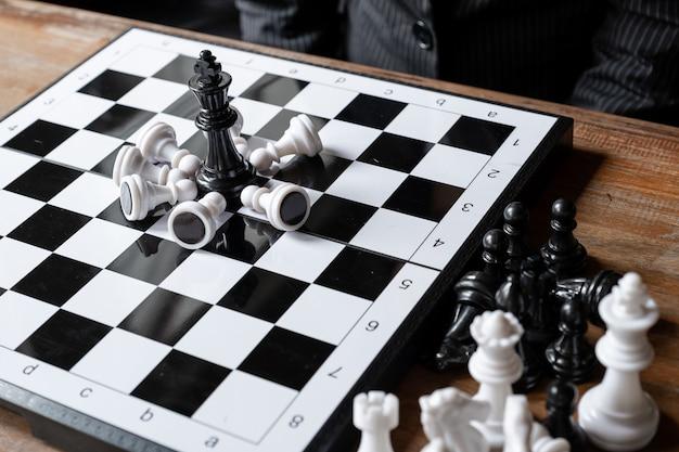 Les femmes d'affaires et les échecs défient la planification d'une stratégie commerciale pour réussir le concept