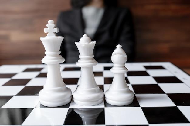 Femmes d'affaires et échecs avec une stratégie d'entreprise de planification de fond en bois au concept de réussite