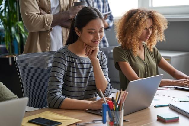 Femmes d'affaires écrivant des graphiques et des tableaux pour les déclarations