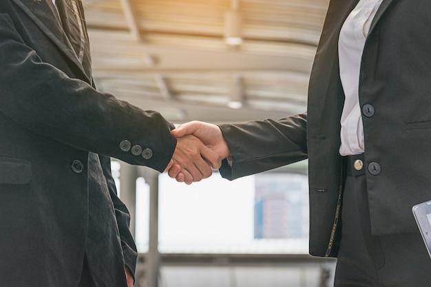 Femmes d'affaires faisant la poignée de main. concept femmes d'affaires réussies