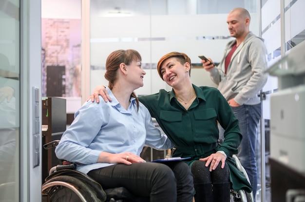 Femmes d'affaires en fauteuil roulant au bureau