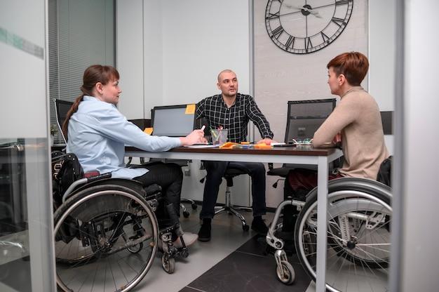 Femmes d'affaires en fauteuil roulant à longue vue