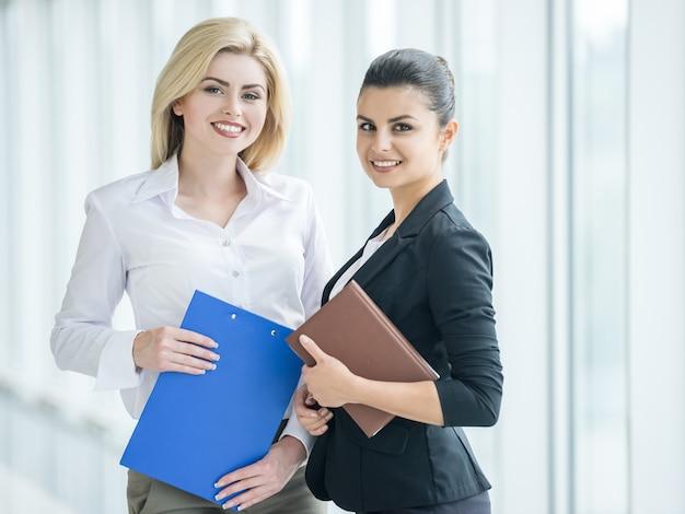 Les femmes d'affaires habillées formelles discutent du projet au bureau.