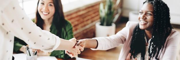 Femmes d'affaires heureuses faisant une poignée de main