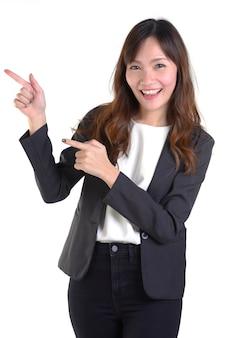 Femmes d'affaires heureux pointant de côté l'espace de copie blanche sur blanc