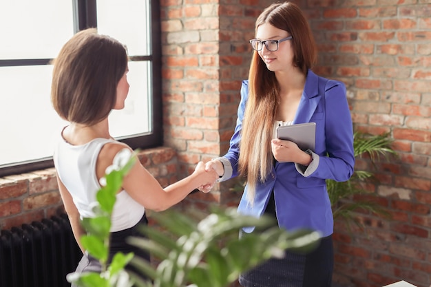 Femmes d'affaires lors d'une réunion au bureau