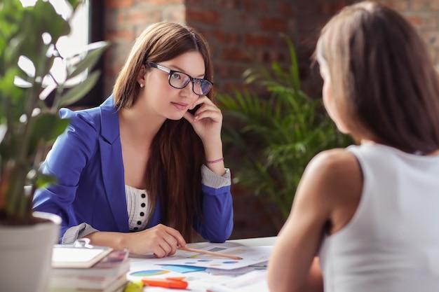 Femmes d'affaires lors d'une réunion