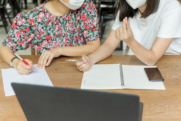 Femmes d'affaires avec masque médical travaillant ensemble