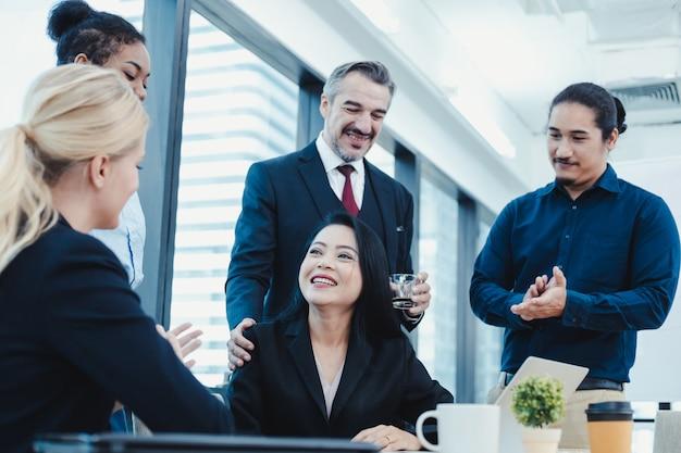 Les femmes d'affaires ont fait l'éloge de leurs collègues en équipe.