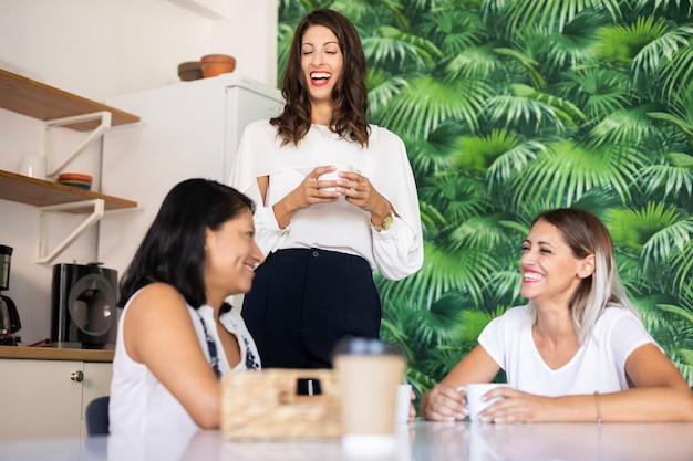Femmes d'affaires partageant des idées