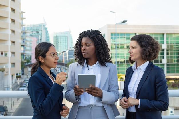 Femmes d'affaires professionnelles avec tablette