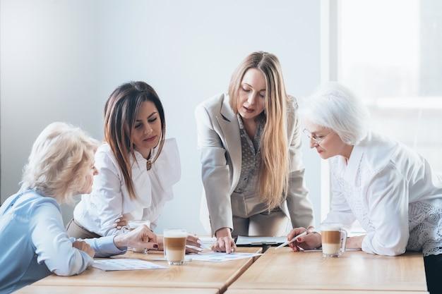 Femmes d'affaires prospères. entreprise féminine habilitée
