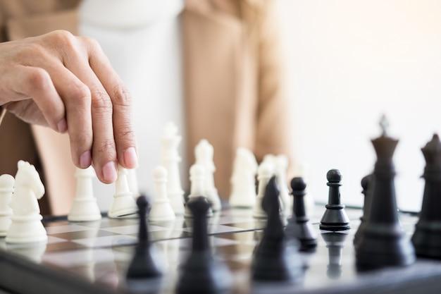 Les femmes d'affaires qui jouent au jeu d'échecs font bouger