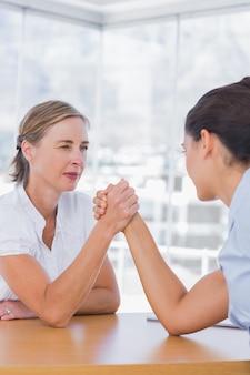 Femmes d'affaires rivales ayant un bras de fer