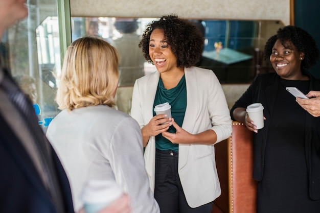 Les femmes d'affaires se parlent