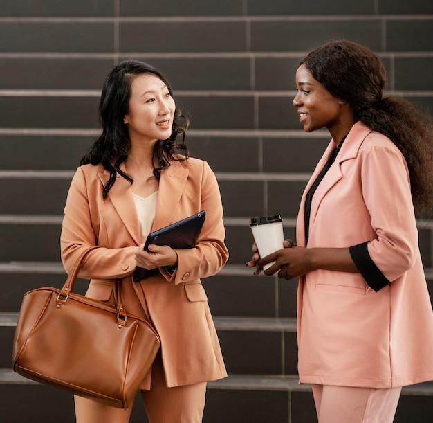 Femmes d'affaires smiley coup moyen
