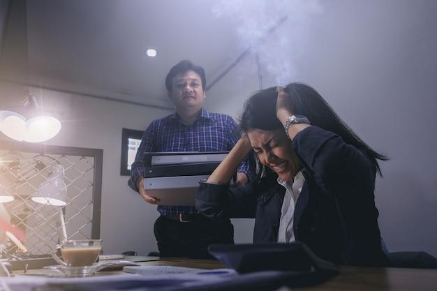 Les femmes d'affaires sont stressées après avoir reçu de nombreux emplois chez un collègue effectuant des heures supplémentaires.
