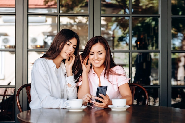 Des femmes d'affaires souriantes écoutent des dysfonctionnements importants du casque.