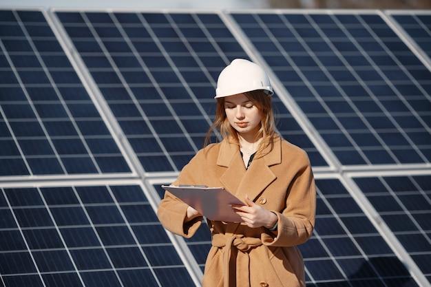 Femmes d'affaires travaillant sur le contrôle de l'équipement à la centrale solaire. avec liste de contrôle pour tablette, femme travaillant à l'extérieur à l'énergie solaire.