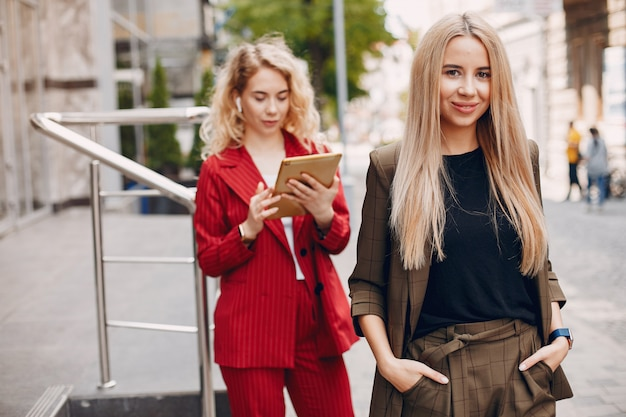 Femmes d'affaires travaillant ensemble