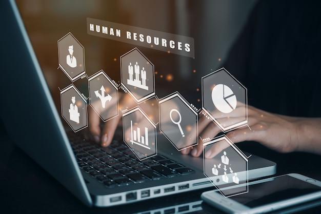 Femmes d'affaires utilisant un ordinateur pour la gestion des ressources humaines recrutement emploi chasse de tête concept.