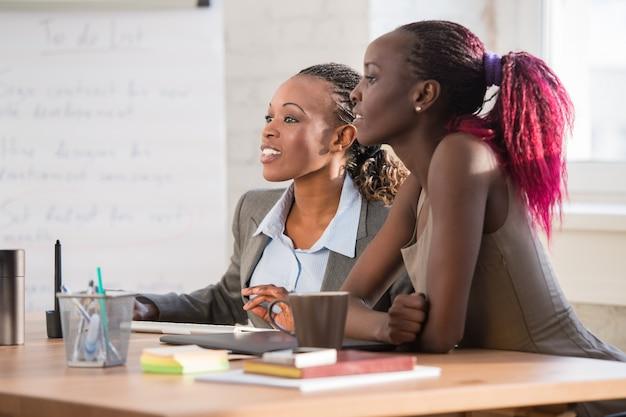 Femmes d'affaires utilisant un ordinateur à la réunion