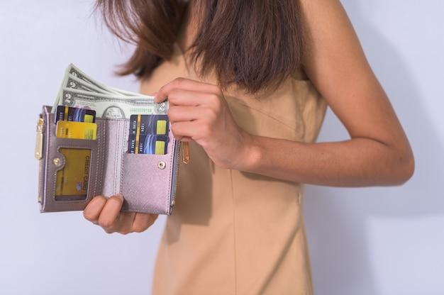 Les femmes d'affaires utilisent des cartes de crédit et des espèces