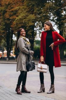 Femmes afro-américaines et caucasiennes dans la rue