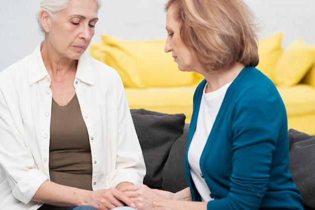Femmes d'âge mûr tenant par la main