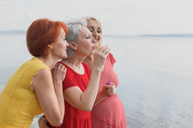 Femmes âgées célébrant l'amitié