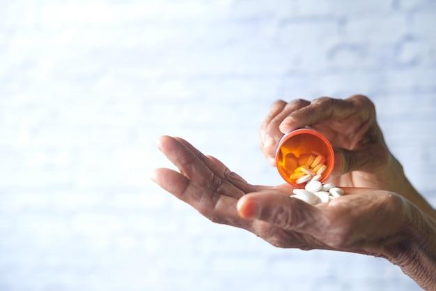 Femmes âgées prenant des médicaments avec espace de copie