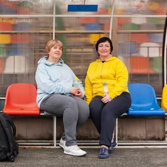 Femmes aînées, à, stade, reposer