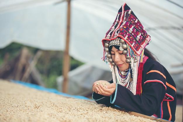 Les femmes akha ont souri et ont admiré le café