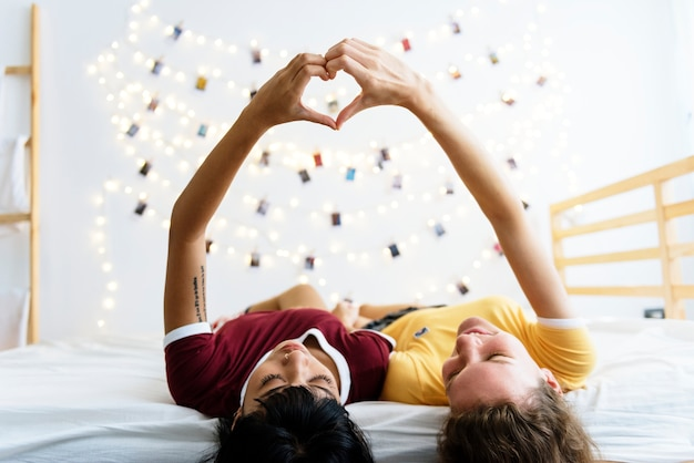 Femmes allongées sur le lit ensemble