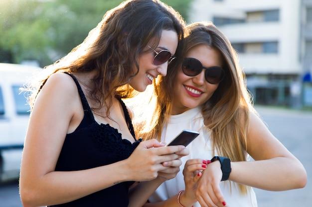 « les femmes avec des appareils »