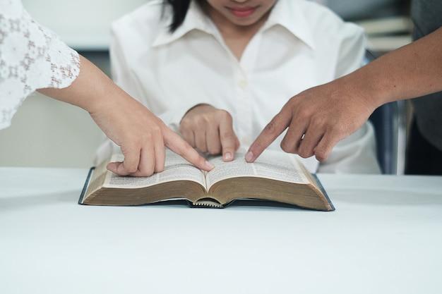 Les femmes apprennent la bible.
