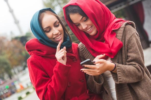 Femmes arabes portant le voile à l'aide d'un téléphone intelligent à istanbul