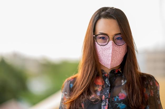 Les femmes asiatiques d'âge moyen portent des masques pour se protéger contre les virus.